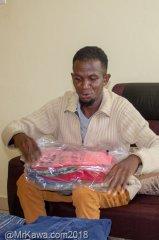 Rembo ontvangt een pakket kleding uit Nederland